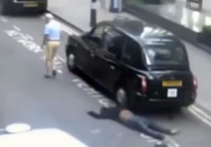 Londres / Taxista abandona a pasajero inconsciente en plena calle
