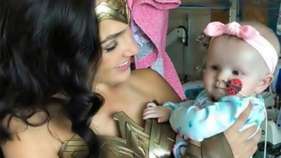 Gal Gadot vestida como Wonder Woman visita a niños hospitalizados