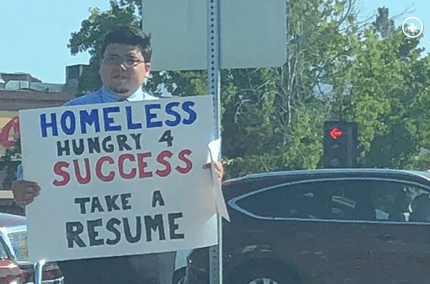 Hombre desempleado entrega su CV en la calle y ahora ¡le llueven propuestas de empleo!