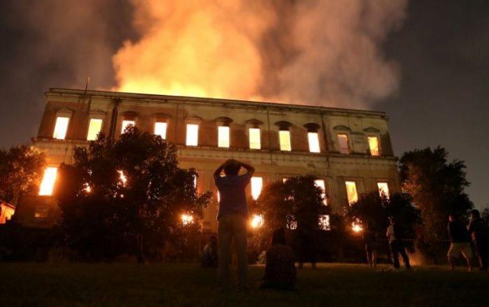 Museo Nacional de Río de Janeiro devorado por incendio