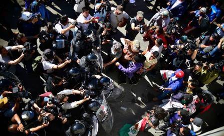 Migrantes rompen cerco policial para cruzar a EE.UU. y son recibidos con gases