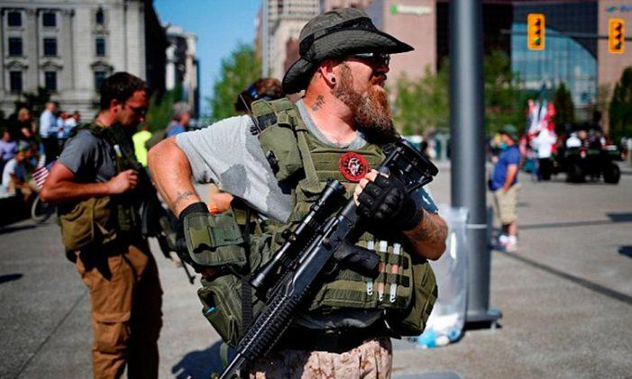 Civiles norteamericanos se arman para defender la frontera sur de los migrantes