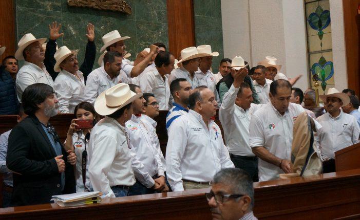 Toman cenecistas la tribuna en Congreso de Sinaloa y revientan sesión