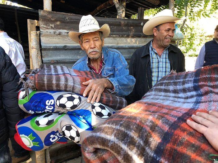 Entregan apoyos a comunidades del norte de Sinaloa ante el frío