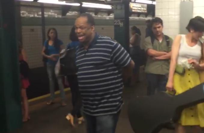 El misterioso cantante callejero de NY que tiene una voz sorprendente