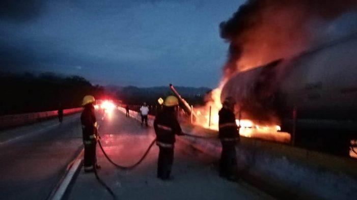 Se incendia pipa que transportaba gasolina en la México-Acapulco