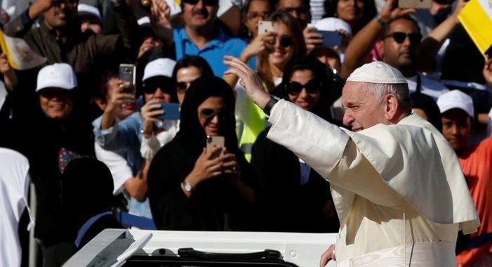 Celebran la primera misa católica en público, en un país islámico