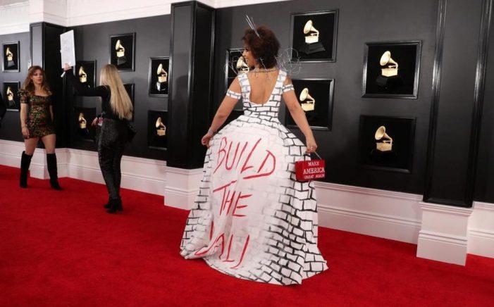 ¡Escándalo! Cantante causa polémica al llevar a los Grammys un vestido a favor del muro de Trump