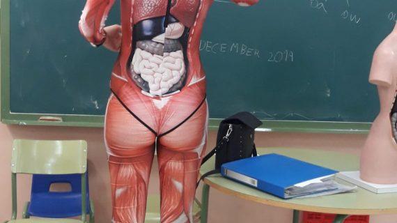 La maestra que se desnuda para enseñar la clase de anatomía