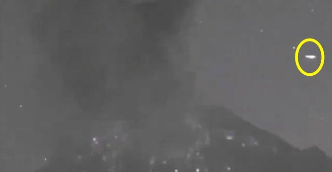 ¿Ovni vuela por el Popocatepetl después de una explosión?