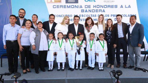 Luis Nava encabeza honores a la bandera