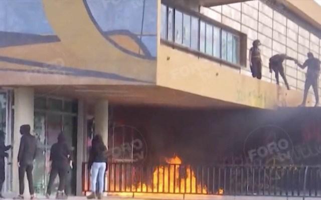 Encapuchados incendian y vandalizan la Torre de Rectoría de la UNAM