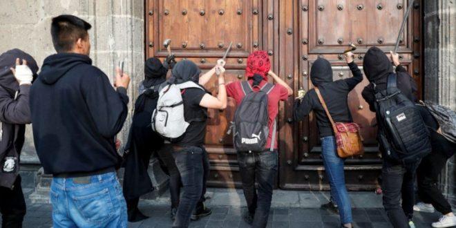 Presuntos normalistas de Ayotzinapa dañan puerta de Palacio Nacional