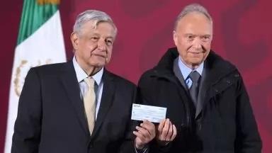 Dan cheque a AMLO por 2 mil millones de pesos