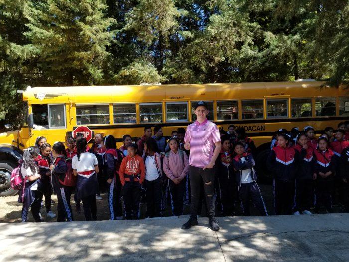 Joven norteamericano ahorra y dona camión escolar a escuela de Michoacán