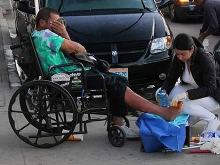 Enfermera ayuda a indigente en plena calle de Tijuana