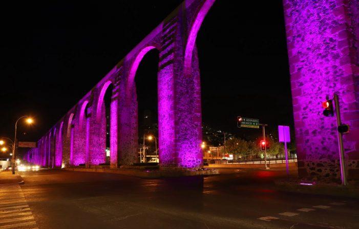 Se iluminan los Arcos de morado por el Día Internacional de la Mujer