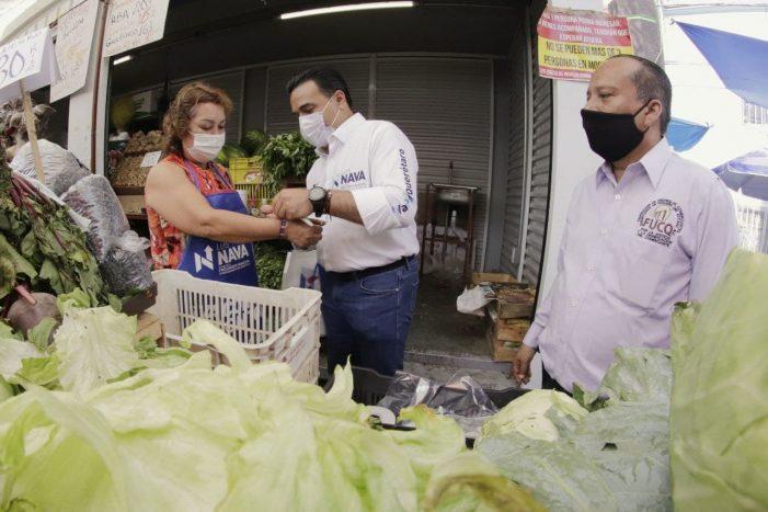 Luis Nava visita a comerciantes del mercado Lomas de Casa Blanca