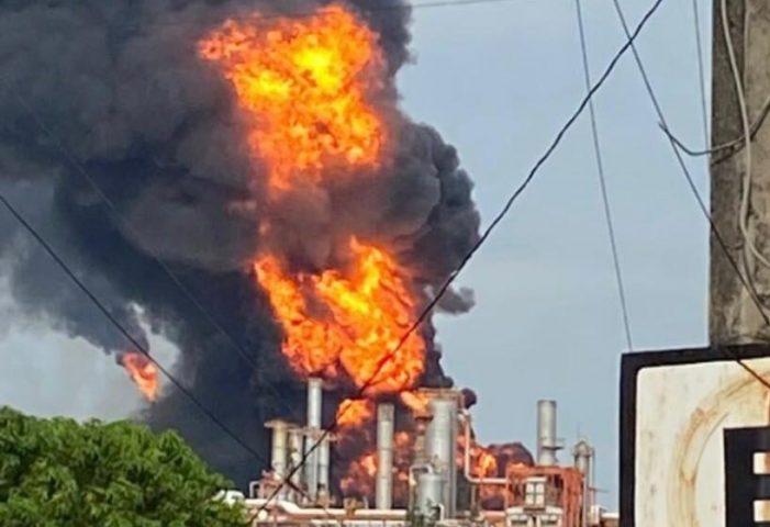 """Controlan incendio en refinería """"Lázaro Cárdenas"""" de Minatitlán"""