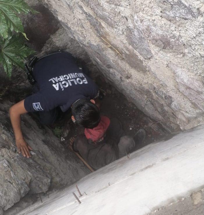 Policías municipales de Querétaro rescatan a adulto mayor de registro de desagüe