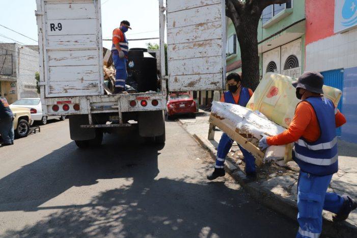 ¡Hey!, no eches tus tiliches a la calle, personal del municipio de Querétaro pasa por ellos