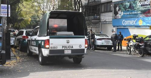El mundo al revés: policías de la CDMX tiran basura y detienen al ciudadano que les reclama