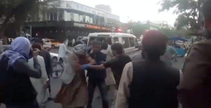 Explosiones en aeropuerto de Afganistán dejan varias personas muertas